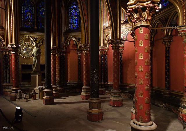 Les piliers de la chapelle basse sont peints avec des couleurs vives