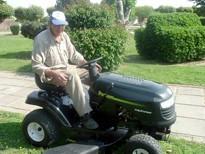 Miguel Carrión trabajando sobre el Tractor Desmalezador
