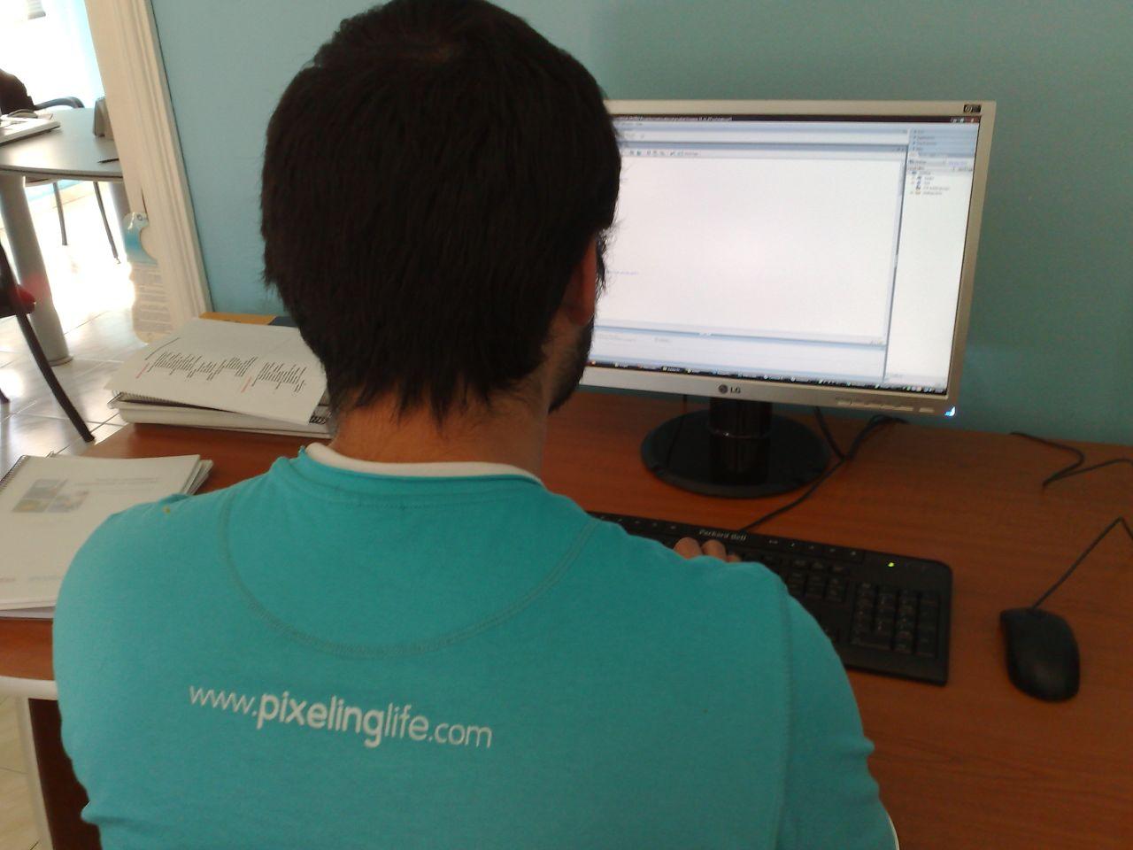 Una persona trabaja con un ordenador