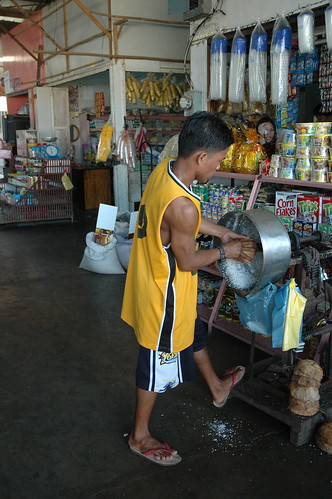 Coron Palawan grating coconut niyog market man shredding  Buhay Pinoy Philippines Filipino Pilipino  people pictures photos life Philippinen  菲律宾  菲律賓  필리핀(공화국) machine