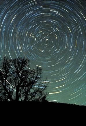 esses são os geminídeos. O legal deles é que podem ser observados a partid de qualquer ponto do céu já 'que caem para os lados'
