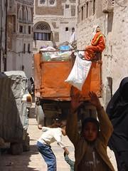 refuse disposal service in an alley of the old city of Sanaa (olga_rashida) Tags: alley yemen sanaa altstadt oldcity gasse jemen refusedisposalservice golddragon mllabfurhr