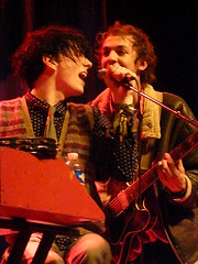 Mystery Jets in Paris (Cigale) (oliver.peel) Tags: paris smile lachen lcheln lacigale smilingpeople meinzuhausemeinblog oliverpeel konzerttagebuchde myteryjets