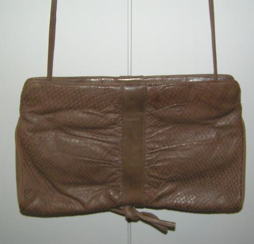 Väska i brunbeige skinn.