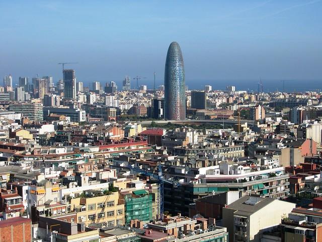 Torre Agbar sobre los tejados de Barcelona