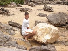 Levanta... (helio.ricardo) Tags: praia funny engraado praiadafoca