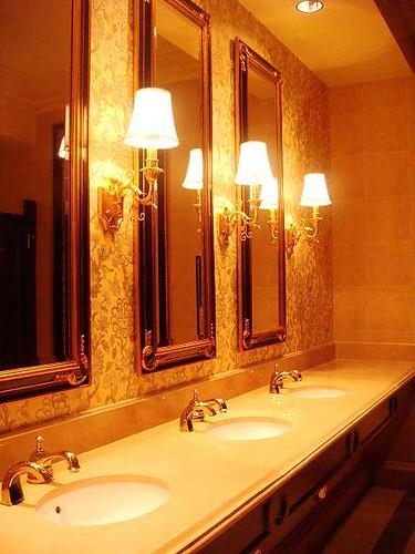 廁所也超光