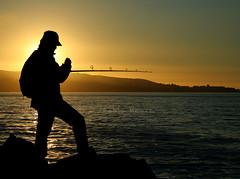 Pescador / Fisherman (Pablo Montt) Tags: sea sun sol beach fisherman playa tarde rocas pescador avenidaperu aplusphoto exhibetusfotos etfcontraluz viádelmar latersun