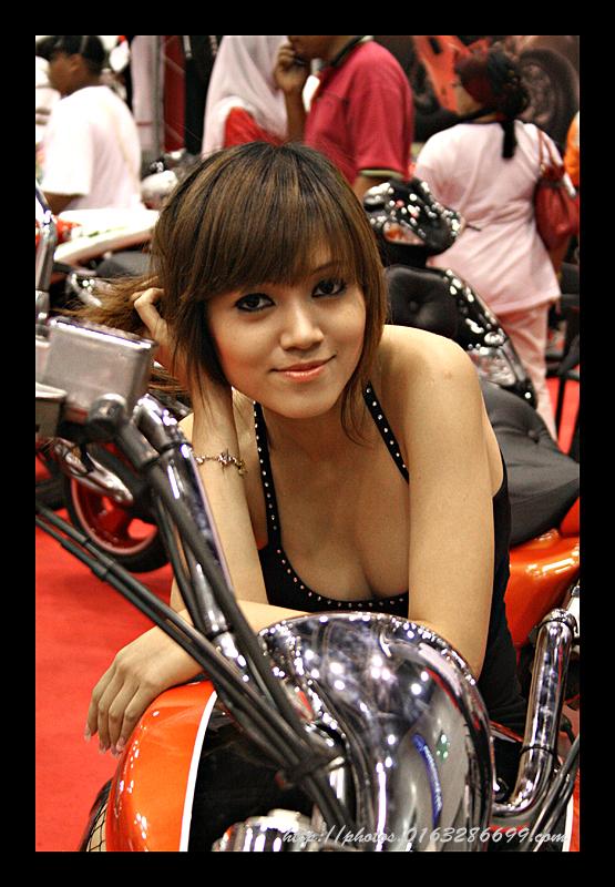 Mulher com decote na moto, gostosa com decote na moto, babes on bike,Woman on bike, neckline