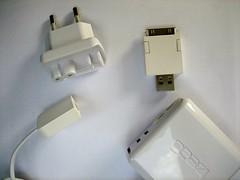 De oplossing bestaat uit drie onderdelen. Het blokje linksonder zit aan het laadblok vast met een kabeltje.