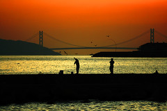 Fishing in Kobe (PacoAlcantara) Tags: bridge sunset sea japan twilight fishing fishermen silhouettes explore kobe  inland  japon awaji shima hyogo akashi   ohashi seto     kaikyo      canonef70200mmf4lisusm diamondclassphotographer exploreoct62007387