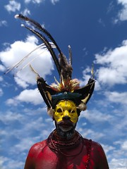 Huli warrior Papua New Guinea (Eric Lafforgue) Tags: pictures blue sky hat birds yellow festival photo feathers picture culture tribal hasselblad explore highland papou tribes png tribe papuanewguinea ethnic hagen plumes tari headdress singsing huli headwear papu ethnology headgear oceania ethnologie coiffe h3d papus oceanie ethnique papous lafforgue papuanuovaguinea wigman  ethnie ericlafforgue papuan papouasie papouasienouvelleguine mounthagen mounthagenshow papuans wigmen mthagenshow ericlafforguecom wwwericlafforguecom hilis  papuanewguineapicture papuanewguineapictures paouasienouvelleguinephoto papouasienouvelleguineephotos papuanewguineanpeople mthagenfestival mounthagenfestival maquillagemounthagen maquillagemthagen makeupmthagen papanuevaguinea augustfestival  bienvenuedansmatribu