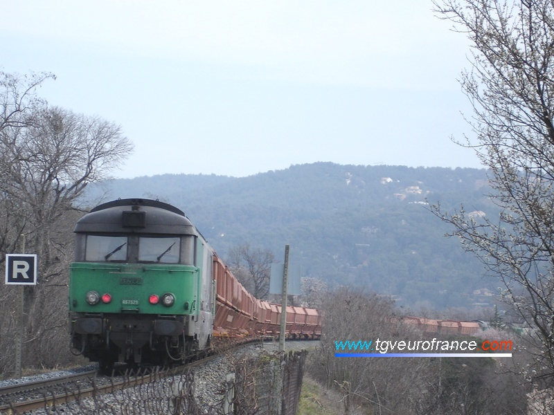 La locomotive Diesel-électrique BB 67529 de Nevers est en pousse d'un train de bauxite à Aix-en-Provence.