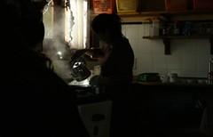 vapor (Analía Acerbo Arte) Tags: hostel mujer cocina contraste humo vapor pava