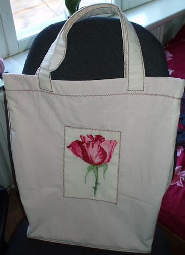Tikitud roosiga kott