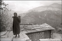 India (Fernando Martinho) Tags: grandma bw woman baby india house blancoynegro film casa noiretblanc grandmother mulher trix pb bn fernando beb pelicula oriente filme himalaya orient v montanha montain biancoenero blancinegre  martinho blackwhitephotos