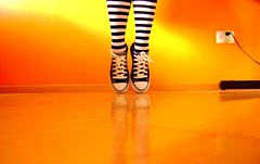 Zebra! (Honey Pie!) Tags: colors socks cores shoes stripes emo converse meia ameliepoulain allstar meias chucktaylor tnis listras highsocks kneehighsocks amliepoulain listradas meiaslistradas listrados stripessocks cybershotdscs650 stripeslegs pernaslistradas