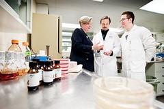 La professeure Monique Lacroix, du Centre INRs-Institut Armand-Frappier, et deux membres de son équipe de recherche