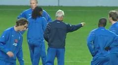 Onder leiding van bondscoach Foppe de Haan werkt Jong Oranje een training af in het Le Coq-stadion voor de EK-kwalificatiewedstrijd tegen Jong Estland. De Friese middenvelder Geert-Arend Roorda (links) van SC Heerenveen start in de basis en maakt zijn debuut