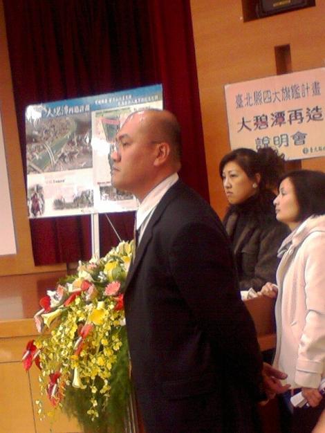 周錫瑋隨扈強拉記者離開會場,並態度兇惡地質問記者身份。