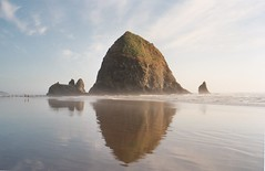 Cannon Beach (Oregon): Haystack Rock (zug55) Tags: oregon cannonbeach haystackrock beach pacific pacificocean landscape paisaje reflection reflections