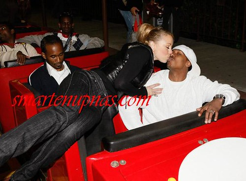 nick cannon & mariah carey kissing at six flags