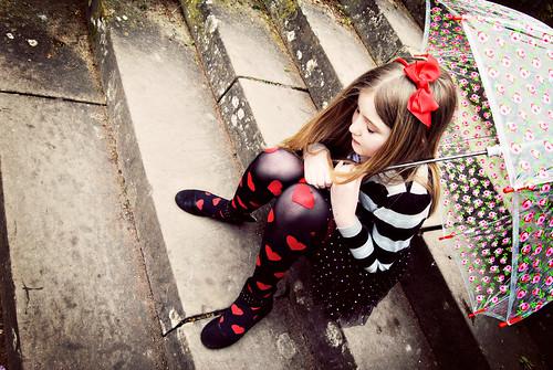 フリー写真素材, 人物, 子供, 少女・女の子, 傘, 俯く,