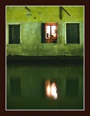 gli umidi (amemainda) Tags: finestra venezia notte canale riflesso sfidephotoamatori