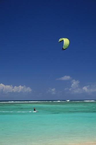 Kite surfing por Hans Khoodoo.