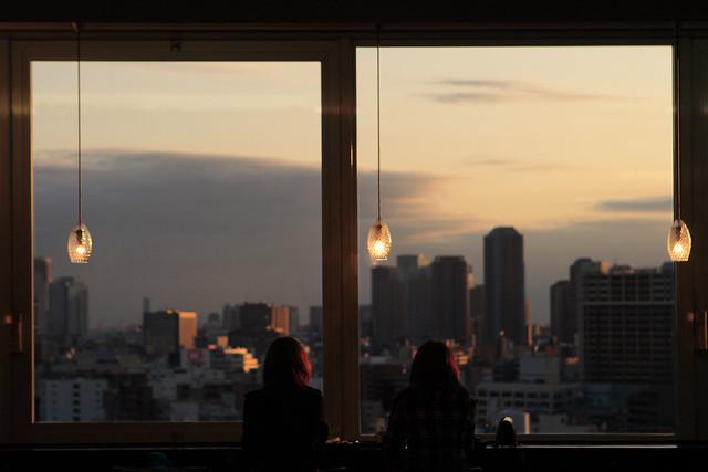 窓際の夕日