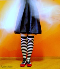 Oz! (Honey Pie!) Tags: red girl socks dorothy shoes dress stripes magic vermelho garota menina redshoes meias vestido sapatos thewizardofoz sapatilhas listras highsocks kneehighsocks blueribbonwinner mgica mgicodeoz listradas meiaslistradas sapatosvermelhos sapatinhas theperfectphotographer listrados sapatovermelho stripessocks cybershotdscs650 stripeslegs pernaslistradas
