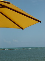 Praia do Gunga (Ana Paula J.) Tags: blue sun sol beach yellow azul mar amarelo beleza paulinha lovely maceio alagoas guardasol diaadiadobrasileiro prqaia