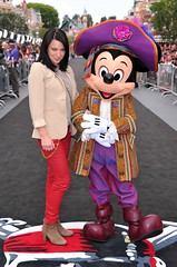 Lynn Collins and Pirate Mickey (FrogMiller) Tags: ca red usa black celebrity film carpet costume mainstreet unitedstates disneyland pirates disney mickey lynn pirate celebrities premiere anaheim collins piratespremiere