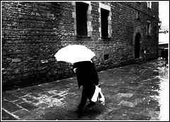 El hombre del paraguas blanco