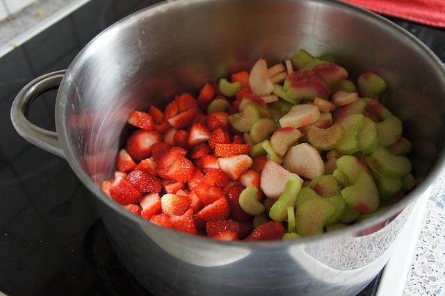Erdbeeren und Rhabarber im Topf