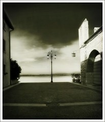Prospettiva 1 (guiba6) Tags: leica morning italy lamp lago lights shadows perspective ombre luci biancoenero dechirico gardalake lagodigarda mattino lazise prospettive morninglights surreale elmarit24 leicam8 surrealismi