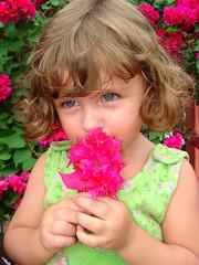 Princesinha cheirando flor! (andreadeynha) Tags: flower kids sony flor prima princesa menina maravilha cameradeourobrasil rosariodoivai andreadeynha