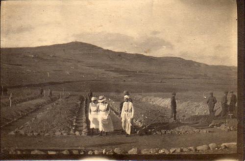 Nurses, soldiers, graveyard, 1915