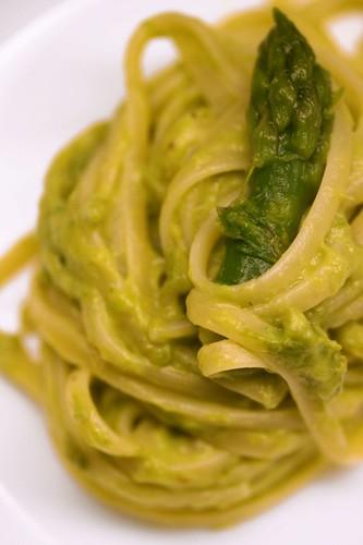 Linguine con crema di asparagi e lime