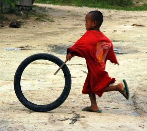 Siargao boy playing with tire Pinoy Filipino Pilipino Buhay  people pictures photos life Philippinen  菲律宾  菲律賓  필리핀(공화국) Philippines