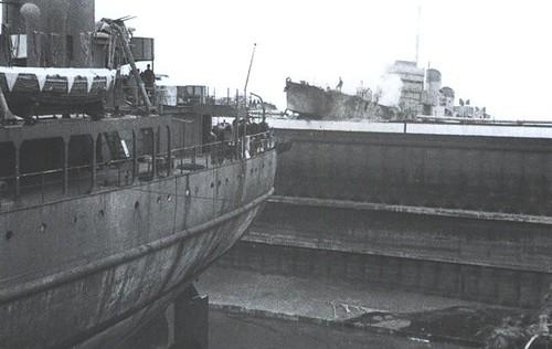 Una toma del Campbeltown después del impacto tomada desde el interior del dique por lo que uno se hace a la idea de lo descomunal de la esclusa
