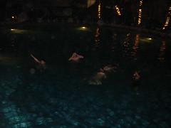 Gringos en la piscina