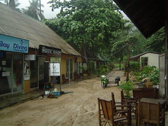 Bad Weather (Janiscula) Tags: ocean trip travel blue sea wild naturaleza storm verde green beach nature rain bike azul thailand restaurant mar lluvia sand agua asia mud natural chairs wind travellers restaurante tailandia diving playa viento adventure arena climbing motorbike backpacking monsoon thai moto tormenta shops muddy escalada krabi barro tropicalstorm tiendas sillas buceo aventura rainyseason backpackers tonsai railay océano mochileros salvaje monzón tormentatropical tailandés estacióndelaslluvias