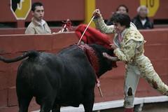 Fernando Roca Rey entrando a matar