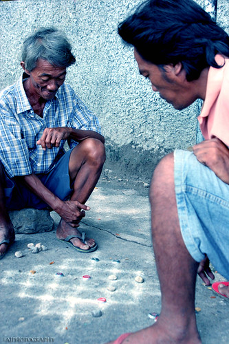 Bacolod, Negros Occidental men playing dama checkers draughts street sidewalk Buhay Pinoy Philippines Filipino Pilipino  people pictures photos life Philippinen  菲律宾  菲律賓  필리핀(공화국)