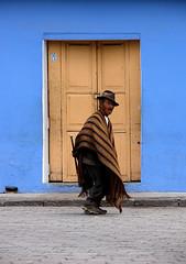 hombre solo (Romulo fotos) Tags: ecuador viejo smallmen ecuatoriano mendigo pobreza indigena pichincha soleda flickrduel puellaro alemdagqualityonlyclub pequeno
