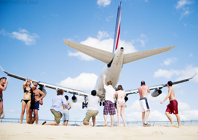 Pessoas comemorando perto de avião