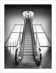 Chica en l'escala IV / Girl in the stairs IV (ximo rosell) Tags: ximorosell bn blackandwhite blancoynegro bw buildings arquitectura architecture nikon d750 stairs llum luz light people escales valencia