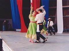 El Conjunto Maucó interpretando un pie de cueca. VII Encuentro del Adulto Mayor. Quinta Vergara. Viña del Mar. Baila el matrimonio Claudia Cabello y Hugo Vargas.Septiembre de 2005.