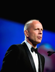 Bruce Willis (disneymike) Tags: california portrait celebrity nikon palmsprings award tie suit conventioncenter actor nikkor 2008 d3 filmfestival brucewillis 70200mmf28gvr internationalfilmfestival palmspringsconventioncenter psiff palmspringsinternationfilmfestival blacktieawardsgala